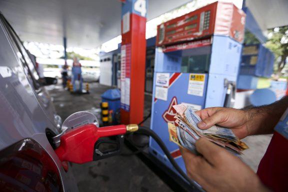 Brasília - Posto de combustíveis do DF vende gasolina com preço quase 40% menor no Dia da Liberdade de Impostos ( Marcelo Camargo/Agência Brasil)