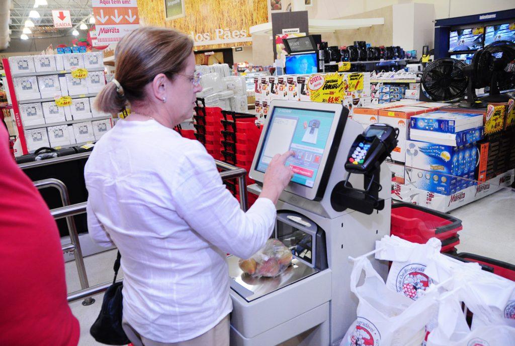 Consumidora finaliza a sua compra no terminal do supermercado Muffato
