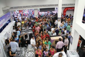 Consumidores em loja da Via Varejo