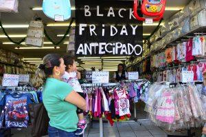São Paulo - Movimento no comércio da rua Teodoro Sampaio, em Pinheiros, durante o Black Friday (Rovena Rosa/Agência Brasil)