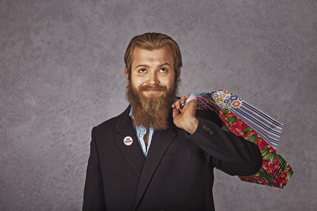 sale, consumerism concept - serious young bearded business man with shopping bags isolated grey grunge background wall; Shutterstock ID 517709773; Cliente & Job: -; CNPJ a Faturar: -; Vencimento da NF & Observações: -